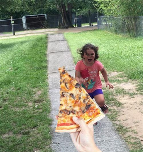 [Khoảnh khắc Eva hoảng sợ khiến nhiều người liên tưởng đến hình ảnh cô bé đang cố gắng giành lấy miếng bánh pizza yêu thích.