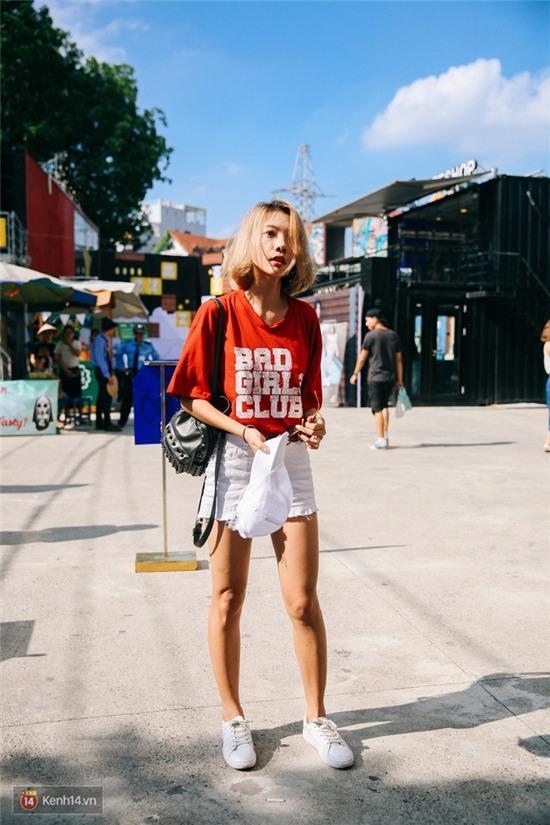 Street style giới trẻ 2 miền tuần qua: áo phông, shorts, kẻ & hoa lá rực rỡ tràn ngập - Ảnh 1.