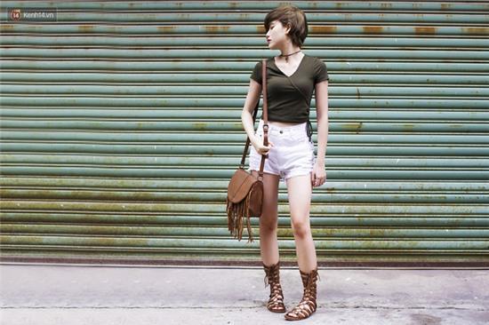 Street style giới trẻ 2 miền tuần qua: áo phông, shorts, kẻ & hoa lá rực rỡ tràn ngập - Ảnh 11.