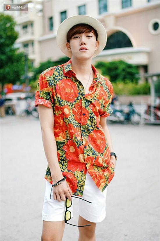 Street style giới trẻ 2 miền tuần qua: áo phông, shorts, kẻ & hoa lá rực rỡ tràn ngập - Ảnh 19.