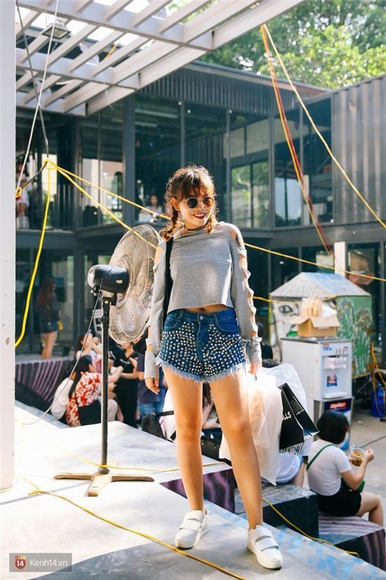 Street style giới trẻ 2 miền tuần qua: áo phông, shorts, kẻ & hoa lá rực rỡ tràn ngập - Ảnh 2.
