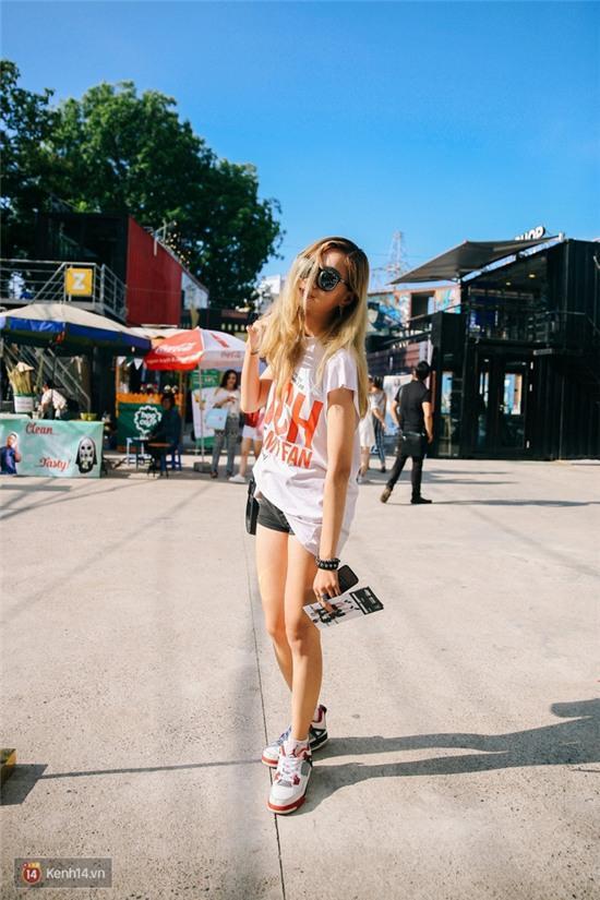Street style giới trẻ 2 miền tuần qua: áo phông, shorts, kẻ & hoa lá rực rỡ tràn ngập - Ảnh 4.