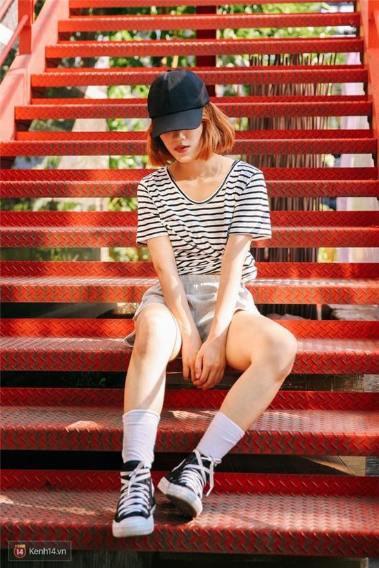Street style giới trẻ 2 miền tuần qua: áo phông, shorts, kẻ & hoa lá rực rỡ tràn ngập - Ảnh 7.