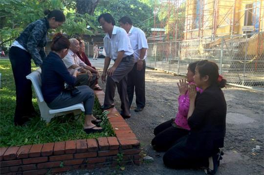 Sáng 18-7, trước khi diễn ra phiên tòa phúc thẩm vụ thảm sát Bình Phước, bà Vũ Thị Thi – mẹ bị cáo Vũ Văn Tiến đã quỳ lạy gia đình nạn nhân, mong tha thứ cho tội lỗi con mình.