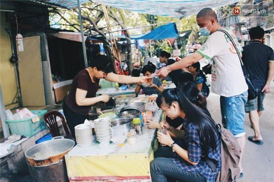 Hàng bánh đúc giá rẻ khuất trong khu tập thể cũ ở Hà Nội, đắt khách suốt 20 năm qua - Ảnh 1.