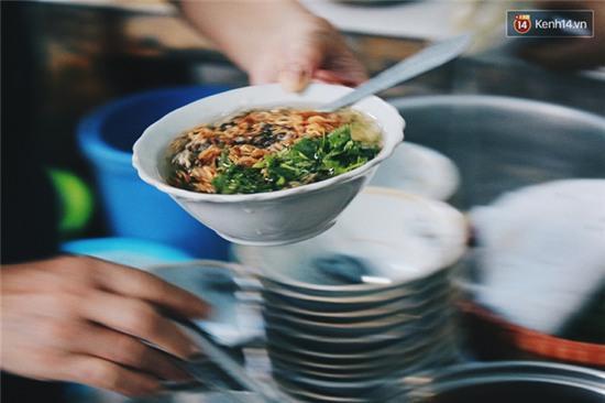 Hàng bánh đúc giá rẻ khuất trong khu tập thể cũ ở Hà Nội, đắt khách suốt 20 năm qua - Ảnh 10.