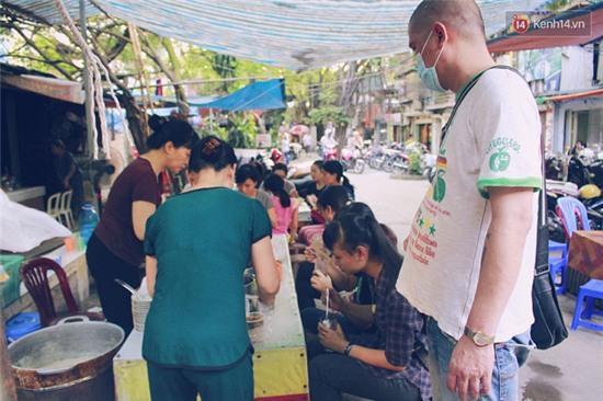 Hàng bánh đúc giá rẻ khuất trong khu tập thể cũ ở Hà Nội, đắt khách suốt 20 năm qua - Ảnh 11.