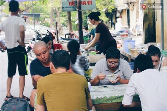 Hàng bánh đúc giá rẻ khuất trong khu tập thể cũ ở Hà Nội, đắt khách suốt 20 năm qua - Ảnh 12.