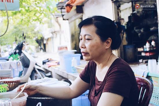 Hàng bánh đúc giá rẻ khuất trong khu tập thể cũ ở Hà Nội, đắt khách suốt 20 năm qua - Ảnh 13.