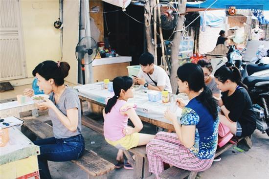 Hàng bánh đúc giá rẻ khuất trong khu tập thể cũ ở Hà Nội, đắt khách suốt 20 năm qua - Ảnh 2.