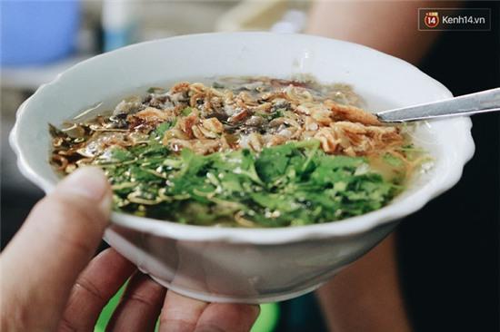 Hàng bánh đúc giá rẻ khuất trong khu tập thể cũ ở Hà Nội, đắt khách suốt 20 năm qua - Ảnh 4.