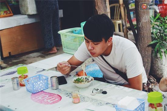 Hàng bánh đúc giá rẻ khuất trong khu tập thể cũ ở Hà Nội, đắt khách suốt 20 năm qua - Ảnh 5.