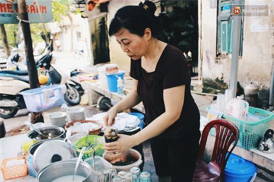 Hàng bánh đúc giá rẻ khuất trong khu tập thể cũ ở Hà Nội, đắt khách suốt 20 năm qua - Ảnh 6.