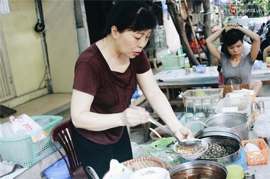 Hàng bánh đúc giá rẻ khuất trong khu tập thể cũ ở Hà Nội, đắt khách suốt 20 năm qua - Ảnh 9.