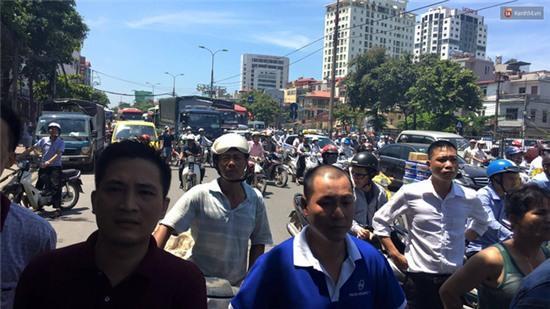 Hà Nội: Cột điện bốc cháy dữ dội, đường Giải Phóng ách tắc - Ảnh 4.