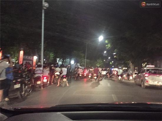 Chùm ảnh: Gần nửa đêm vẫn tắc đường vì người người đổ xô đi săn Pokemon - Ảnh 2.
