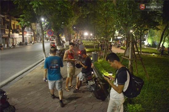 Chùm ảnh: Gần nửa đêm vẫn tắc đường vì người người đổ xô đi săn Pokemon - Ảnh 3.