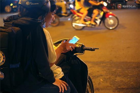Chùm ảnh: Gần nửa đêm vẫn tắc đường vì người người đổ xô đi săn Pokemon - Ảnh 15.