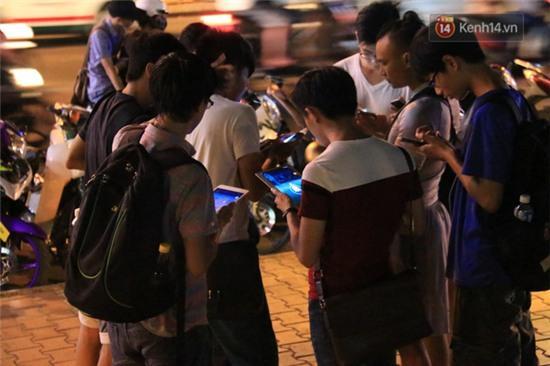 Chùm ảnh: Gần nửa đêm vẫn tắc đường vì người người đổ xô đi săn Pokemon - Ảnh 21.
