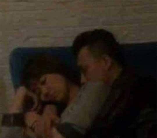 Trấn Thành - Hari Won vô tư ôm nhau ngủ trong rạp phim - Ảnh 1.