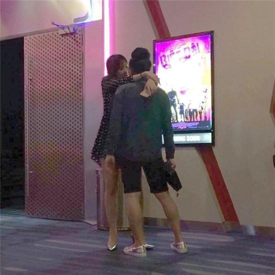 Trấn Thành - Hari Won vô tư ôm nhau ngủ trong rạp phim - Ảnh 3.
