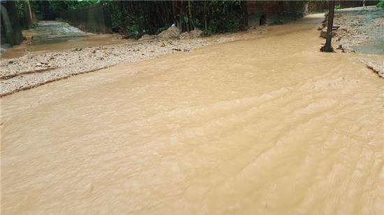 12h05: Tại khu 3 phường Hà Trung, TP Hạ Long (Quảng Ninh) xuất hiện tình trạng bùn đất trên các đồi núi bị cuốn xuống khu vực dân cư.  Trên QL 18 đoạn phường Đại Yên, TP Hạ Long ngập nước, rất nhiều ô tô chết máy đã phải nhờ đến sự trợ giúp của lực lượng cứu hộ.