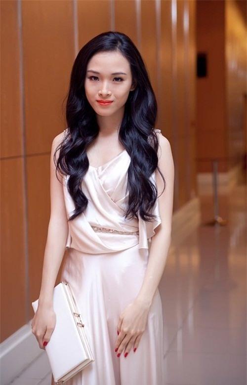 Hồ Phương Nga được công chúng biết đến khi đăng quang Hoa hậu người Việt tại Nga. Sau thời gian sinh sống học tập tại Nga, người đẹp đã về nước gây dựng cuộc sống sự nghiệp với chiếc vương miện hoa hậu trên đầu. Thử sức với nhiều vai trò diễn viên, người mẫu và MC nhưng cái tên Phương Nga vẫn chưa được công chúng