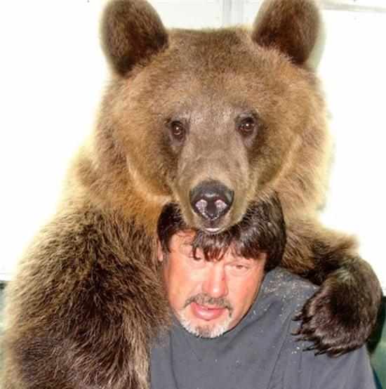 Đôi vợ chồng chung sống với gấu khổng lồ hơn 600kg dưới một mái nhà hàng chục năm qua - Ảnh 2.