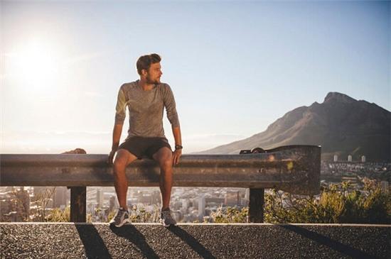 Bí mật về đôi tất sạch mỗi buổi sáng đi tập thể dục của chồng