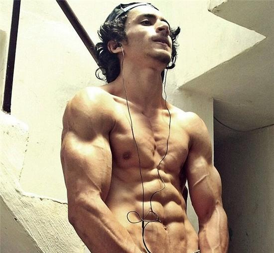 Chang trai mao hiem tap gym tren mep tuong cao oc hinh anh 2