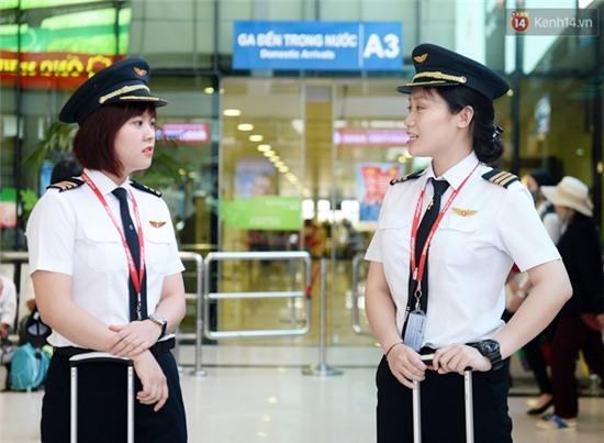 Gặp 2 nữ phi công 9X đầu tiên của hàng không Việt Nam - Ảnh 1.