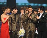 2PM nhận chiếc cúp duy nhất tại KBS Gayo Dea Jun 2009