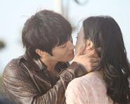 """Choi Si Won hôn rất """"ngọt"""" trong """"Oh My Lady"""""""