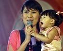 """""""Gái nhảy"""" Minh Thư bất ngờ khoe con gái trên sân khấu"""