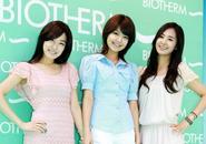 Sooyoung, Tiffany và Yuri (SNSD) tươi tắn kí tặng fan