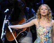 Nàng tiên váy hoa Taylor Swift rock hết mình