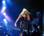 """Miley lại """"mi"""" vũ công - Thưởng thức ca khúc đậm mùi bạo lực của Maroon 5"""