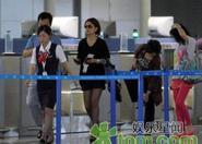Triệu Vy đưa cha mẹ về Singapore thăm cháu ngoại