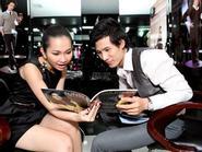 """Kim Hiền """" tay bắt mặt mừng"""" với Thanh Thức tại salon tóc"""