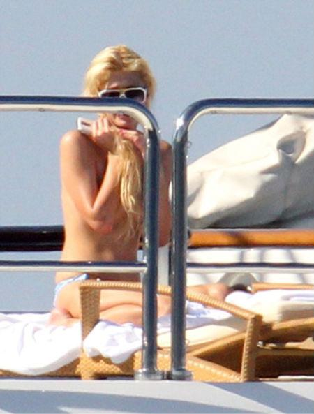 Paris Hilton hết tắm trần lại lộ hàng