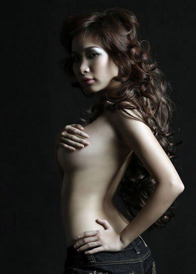 Duy Uyên chụp ảnh bán nude khoe ngực thật!