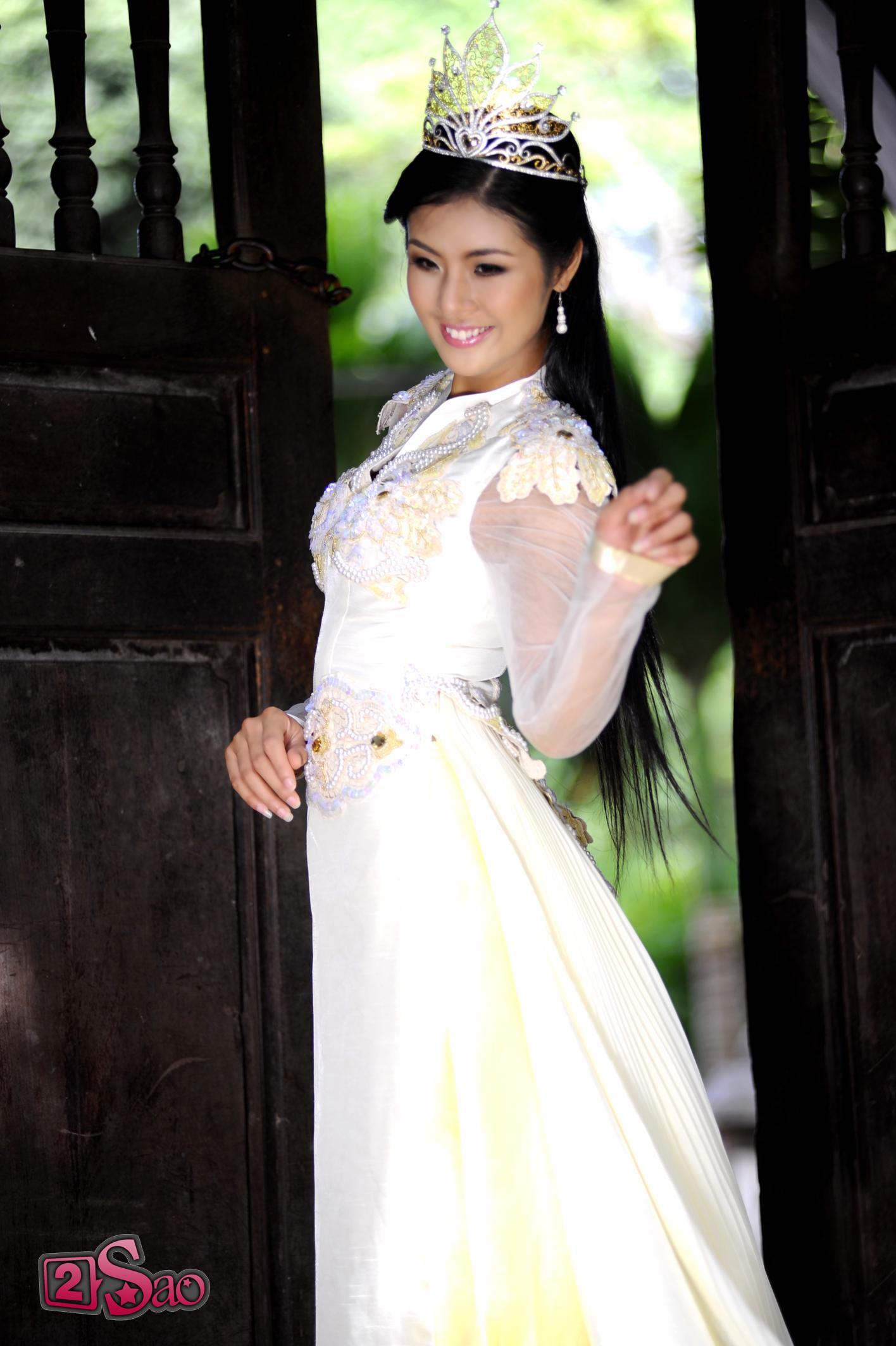Hoa hậu Ngọc Hân mặc áo dài.jpg