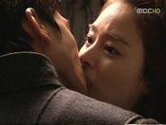 """Lee Byung Hun """"bỏ rơi"""" Chương Tử Di - Nụ hôn nồng cháy giữa Song Seung Hun và Kim Tae Hee"""