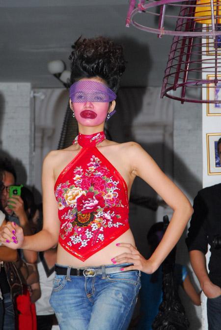 Võ Việt Chung quýnh bầm mỏ người mẫu V11