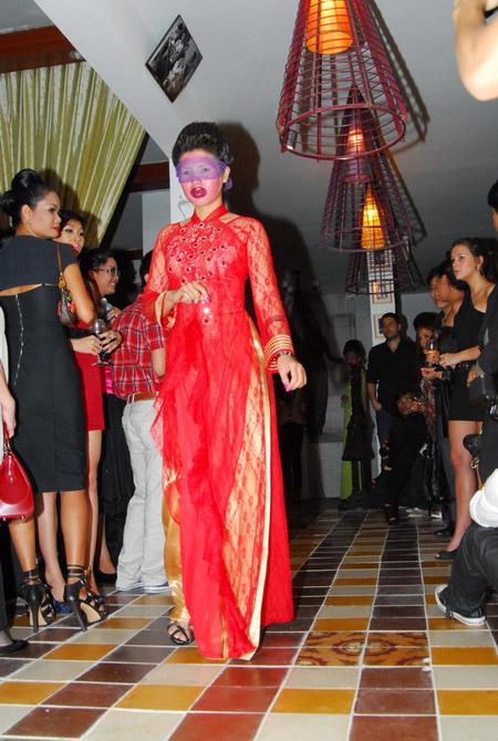 Võ Việt Chung quýnh bầm mỏ người mẫu V12