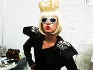 """Hee Chul (Suju) mặc trang phục Lady Gaga nhảy """"liên hoàn hit"""" của SNSD"""