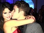 Justin Bieber quấn quýt Selena trong tiệc sinh nhật