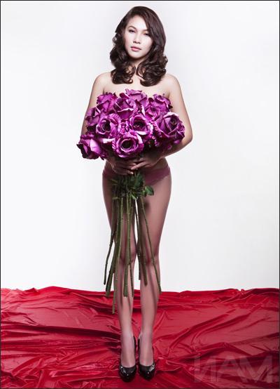 """Ngọc Trinh, Quỳnh Thư """"gây hiểu nhầm"""" khi lấy hoa che ngực"""