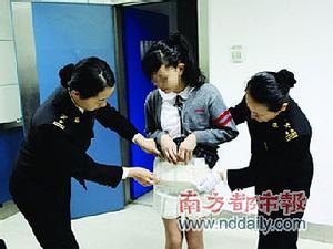 Nữ sinh giấu 30 iPhone 4S trong... váy đem bán