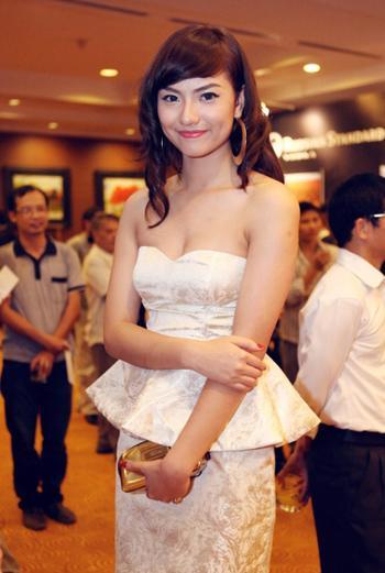 Chân dài Teen 9X Hồng Quế rạng ngời không đổi sau scandal